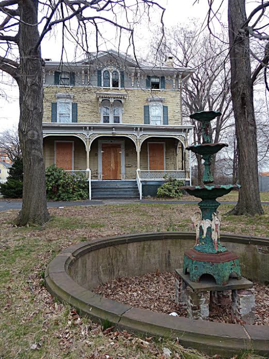 The eroded fountain can be seen here. (Photo: ~Courtesy of Leo Osorio)